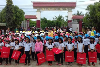 Học Sinh Lớp 1 . Nhận mũ bảo hiểm từ nhà tài trợ honda Việt Nam
